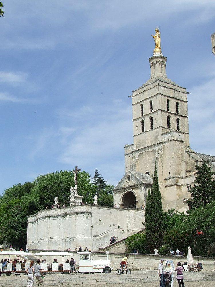 "Die Kathedrale von Avignon befindet sich in unmittelbarer Nähe des Papstpalastes. (Bild: © Tael / Wikipedia / <a title=""creativecommons.org - Creative Commons"" href=""http://creativecommons.org/licenses/by-sa/3.0/deed.en"" target=""_blank"">CC</a>)"