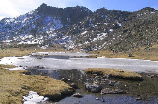 Laguna de los Pájaros, im Hintergrund – der Risco de los Claveles. (Bild: Miguel303xm, Wikimedia, CC)