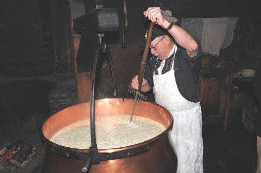 Traditionelle Käseherstellung in Affoltern, Emmental (Bild: Хрюша, Wikimedia, CC)