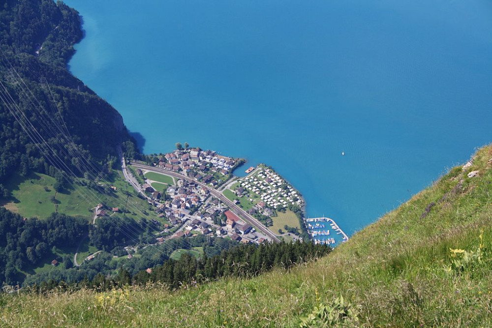 "Blick vom Fronalpstock auf Sisikon. (Bild: © Badener - Wikimedia - <a title=""creativecommons.org - Creative Commons"" href=""http://creativecommons.org/licenses/by-sa/3.0/deed.de"" target=""_blank"">CC</a>)"