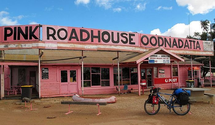Alle paar hundert Kilometer gibt es hier irgendwelche witzigen Road Houses. (Bild: © Heike Pirngruber)