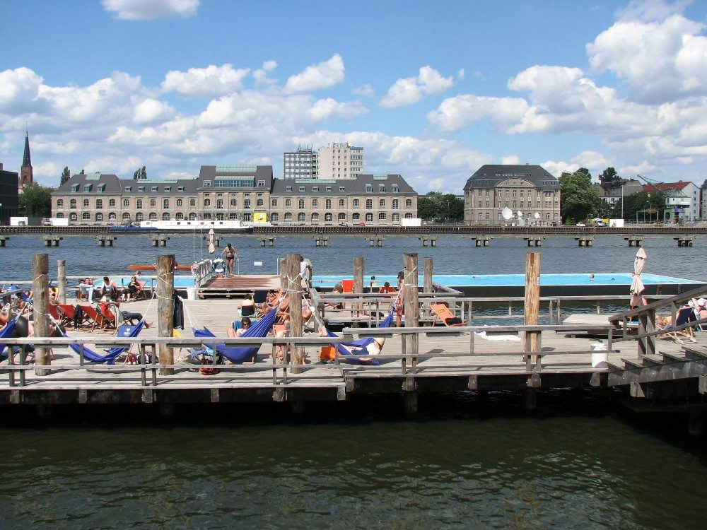 Das Badeschiff – die Chill-out-Zone in der Spree (Bild: © JIP at en.wikipedia)