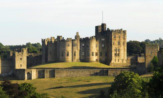 Alnwick Castle ist nach Schloss Windsor der zweitgrösste Schlossbau Englands. (Bild: © Darren Turner - shutterstock.com)