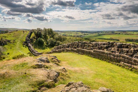 Im südlichen Teil des Nationalparks verläuft der Hadrianswall. (Bild: © Dave Head - shutterstock.com)