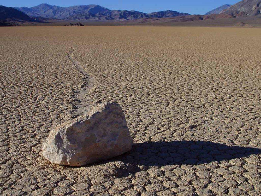 Stein auf dem Racetrack im Death-Valley-Nationalpark (Bild: © wiki.org)