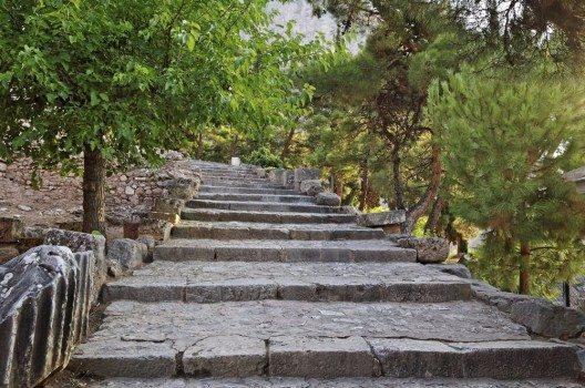 In Delphi können Touristen auf den antiken Wegen gehen.