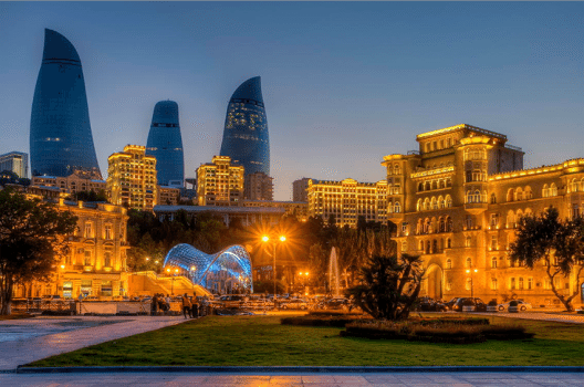 Flame Towers – Wahrzeichen von Baku (Bild: Urek Meniashvili, Wikimedia, CC)