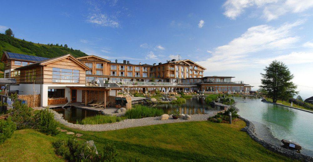 Der Almsee und das Mountain Resort Feuerberg auf der Gerlitzen Alpe auf 1.766 m. (Bildquelle: o-pichler.at)