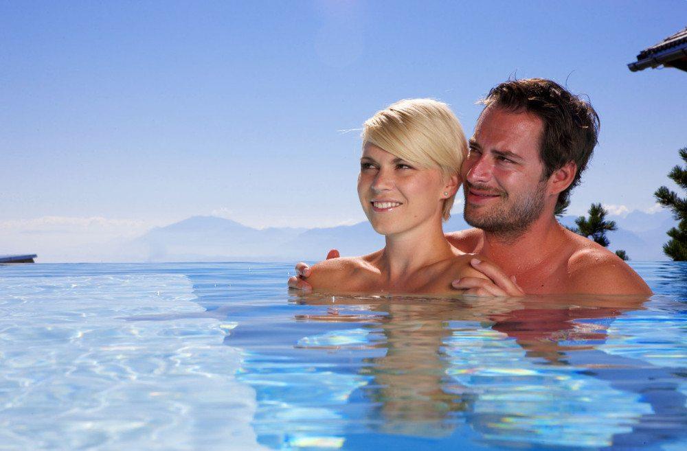 Der Bergquell-Pool mit seiner türkisen Wasserkante und dem Panoramablick bis zum Horizont. (Bildquelle: o-pichler.at)