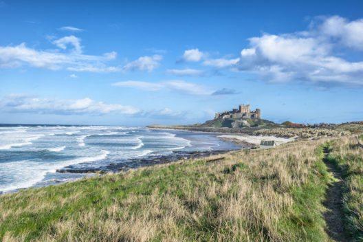 Ein markanter Burgbau an der Küste ist Bamburgh Castle. (Bild: © Gordon Bell - shutterstock.com)