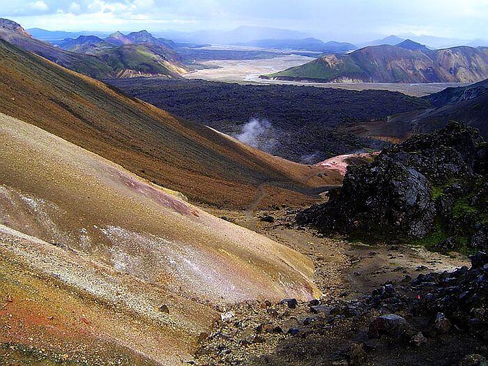 Die Berge strahlen in allen Farben und überall zischt es aus dem Boden heraus. (Bild: © Heike Pirngruber)