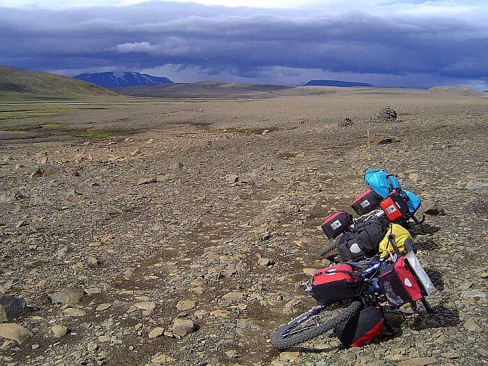Der Weg ist mit grossen Vulkansteinen bestückt. (Bild: © Heike Pirngruber)