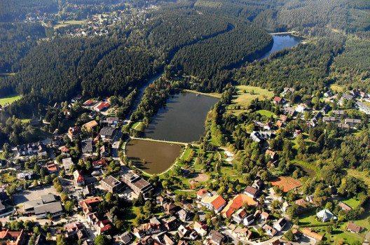 Luftbild Hahnenklee: Ortskern mit Kurpark und den beiden Kranicher Teichen. (Bild: JuTe CLZ, Wikimedia, public domain)