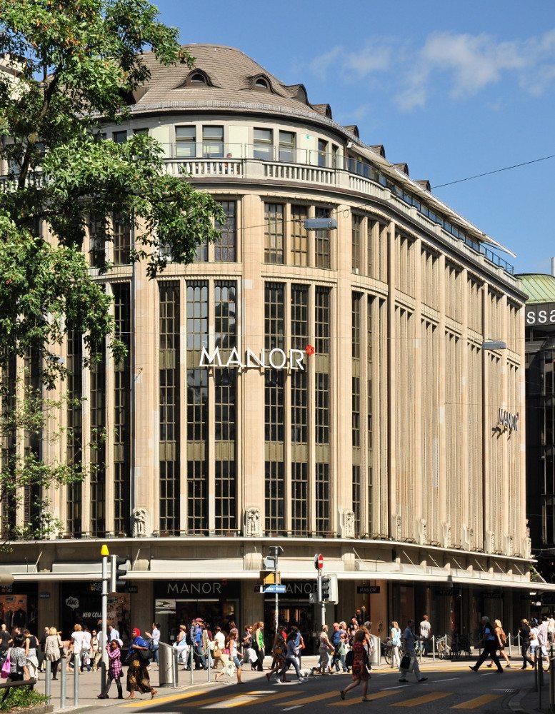 Das Kaufhaus Manor in Zürich bietet jede Menge Mode zum Wohlfühlen. (Bild: © Roland zh / Wikimedia / CC BY-SA 3.0)