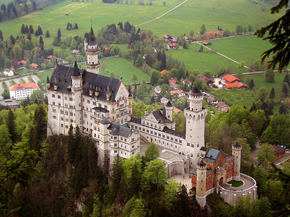 """Schloss Neuschwanstein, von Südosten aus gesehen. (Bild: © Jeff Wilcox - flickr.com - <a title=""""creativecommons.org - Creative Commons"""" href=""""http://creativecommons.org/licenses/by/2.0/deed.en"""">CC</a>)"""