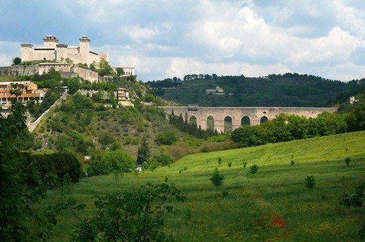 "Die Feste ""La Rocca"" und Ponte delle Torri in Spoleto (Bild: Zyance, Wikimedia, CC )"