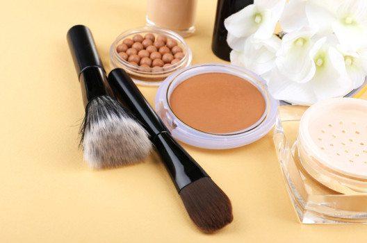 Am natürlichsten sehen die Bräunungsprodukte aus, die zu Deinem Hautton passen. (Bild: Africa Studio – shutterstock.com)