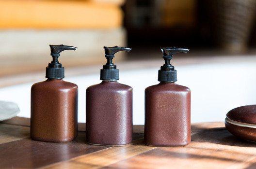 Für Ganz-Körper-Bräune eignen sich Bronzingfluids und –cremes. (Bild: Syda Productions – shutterstock.com)