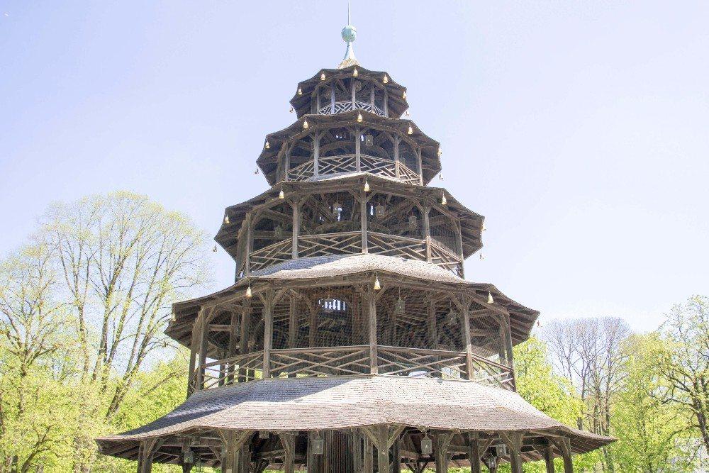 Als Wahrzeichen im englischen Garten dient der Chinesische Pavillon (Bild: © Daniela Stärk - fotolia.com)