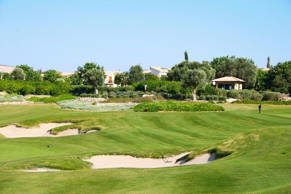 Mittlerweile gibt es auf Zypern neun Golfplätze, sechs davon sind 18-Loch-Anlagen. (Bild: © ruzanna - shutterstock.com)