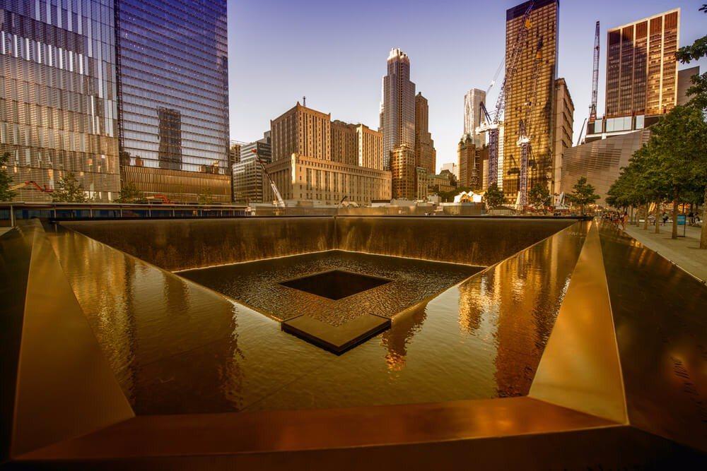 In der Kupferumrandung der Bassins wurden die Namen der fast 3000 Opfer der Anschläge eingraviert. (Bild: © CristinaMuraca - shutterstock.com)