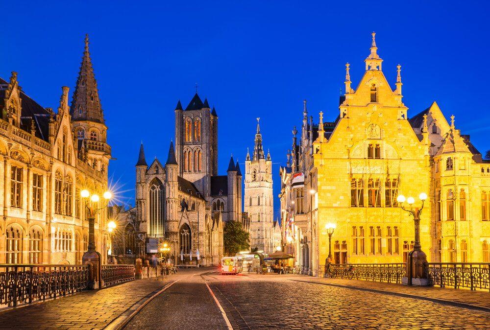Sankt Nikolaus-Kirche und Belfried im historischen Zentrum von Gent. (Bild: © Emi Cristea - shutterstock.com)