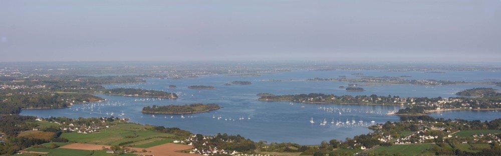 Insgesamt 42 Inseln erstrecken sich in dem azurblauen Meer. (Bild: © galam - fotolia.com)