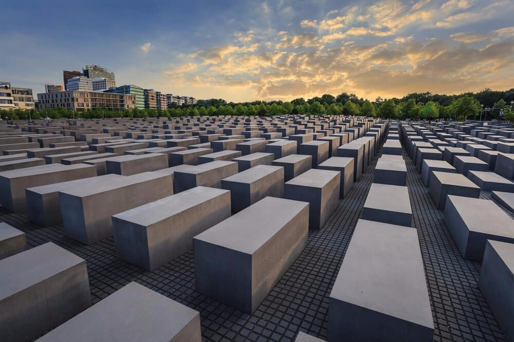 """Der """"Garten des Exils"""" – eine schiefe Ebene mit 49 Betonstelen (Bild: © Noppasin - shutterstock.com)"""