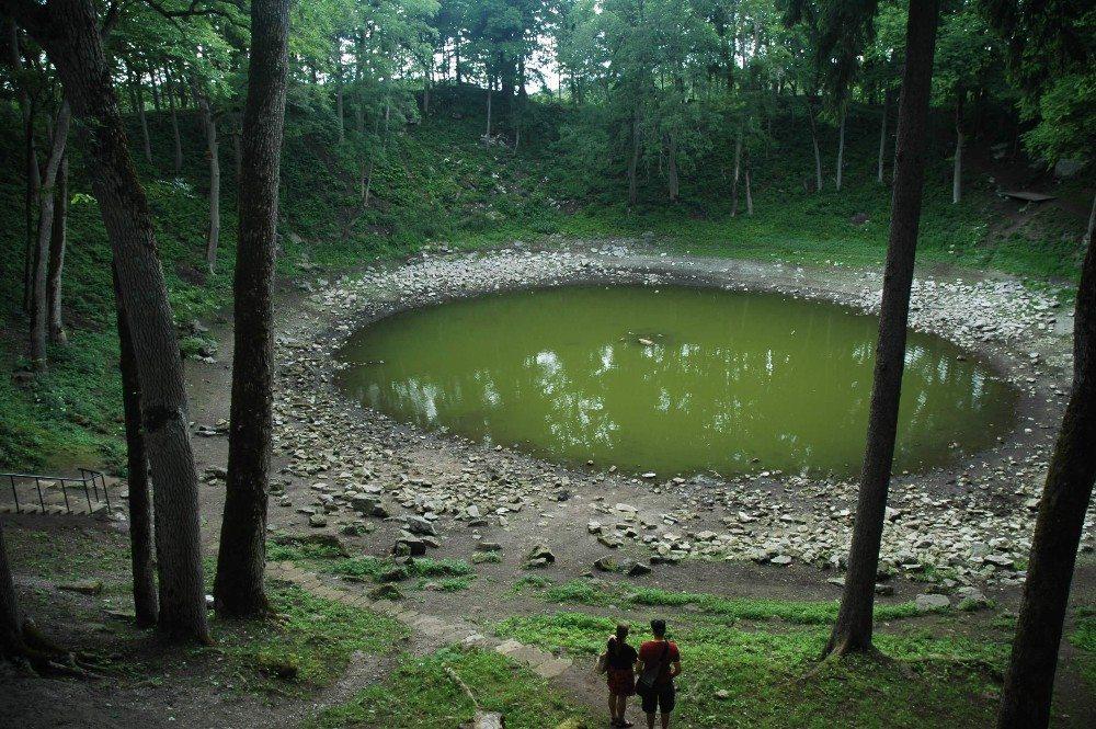 Der bizarrste Naturort der Insel ist zweifelsohne der Kaali-Meteoritenkrater. (Bild: © skvoor - fotolia.com)