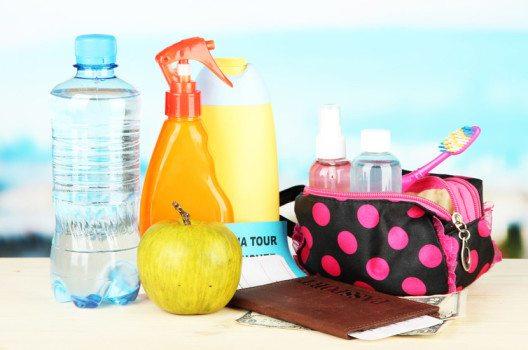 Für eine optimale Pflege während der Reise gehören einige Artikel unbedingt in die Kulturtasche. (Bild: Africa Studio / Shutterstock.com)