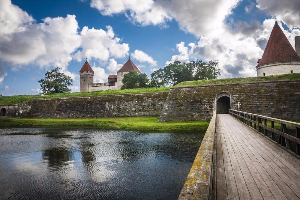 Das Wahrzeichen von Kuressaare ist die mächtige Bischofsburg. (Bild: © Anilah - shutterstock.com)