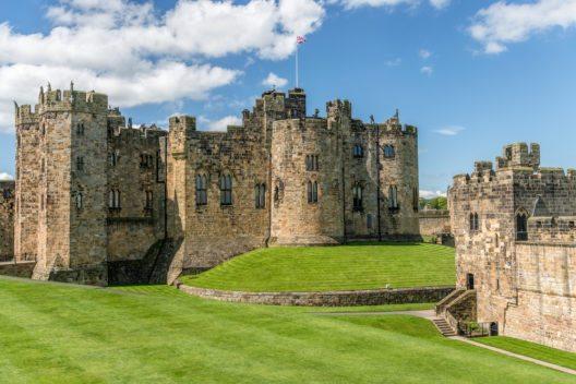 Der Stammsitz der Herzöge - Alnwick Castle (Bild: © mango-two-friendly - shutterstock.com)