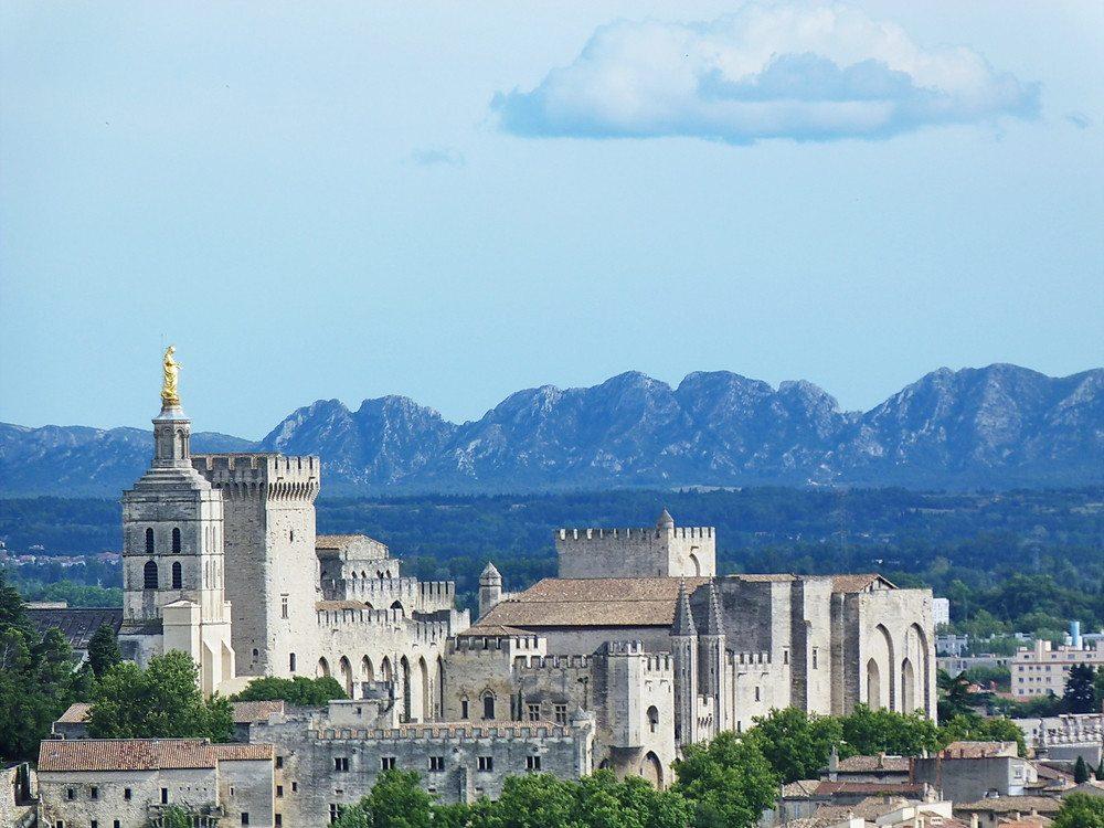 Der Papstpalast in Avignon - ein Highlight für Touristen. (Bild: © sansa55 - shutterstock.com)