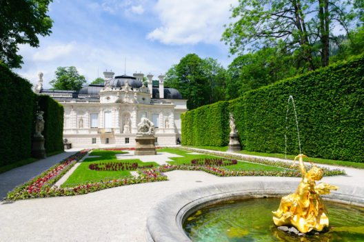 Die Parkanlagen von Schloss Linderhof offenbaren die Begeisterung Ludwigs für den Orient. (Bild: © Scirocco340 - shutterstock.com)
