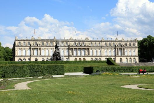 Für das Schloss Herrenchiemsee diente das Schloss Versailles als Vorbild. (Bild: © mary416 - shutterstock.com)