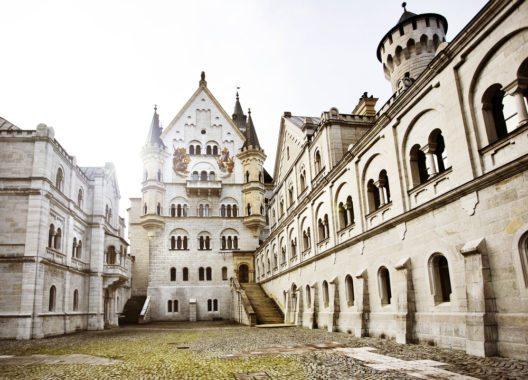 Im Hof von Schloss Neuschwanstein (Bild: © Justin Black - shutterstock.com)