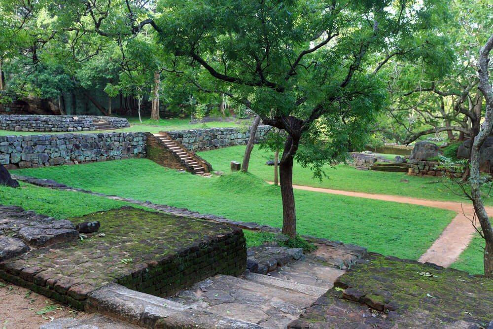 Der Monolith wird umgeben von einer einst prächtigen Gartenanlagen. (Bild: © Pavelk - shutterstock.com)