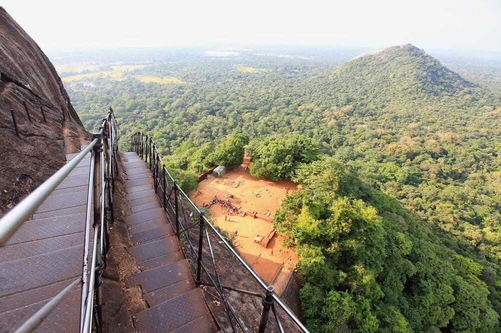 Auf dem Weg zum Gipfelplateau bietet sich ein wunderbarer Blick auf die Ebene von Sigiriya. (Bild: © murmakova - fotolia.com)