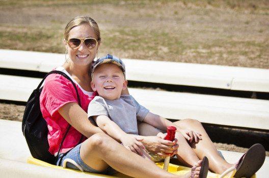 Sommerrodeln sorgt für den richtigen Adrenalinkick für die ganze Familie. (Bild: Brocreative / Shuttersstock.com)