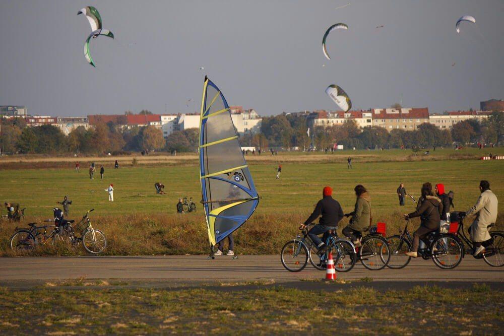Das mehr als 300 Hektar grosse ehemalige Flugfeld eignet sich hervorragend zum Skaten oder Radfahren. (Bild: © 360b - shutterstock.com)