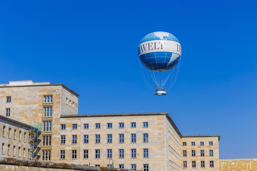 Der Ballon bereichert das Berliner Stadtbild bereits seit 2005 und ist schon von weither zu sehen. (Bild: © Stefan Schierle - shutterstock.com)