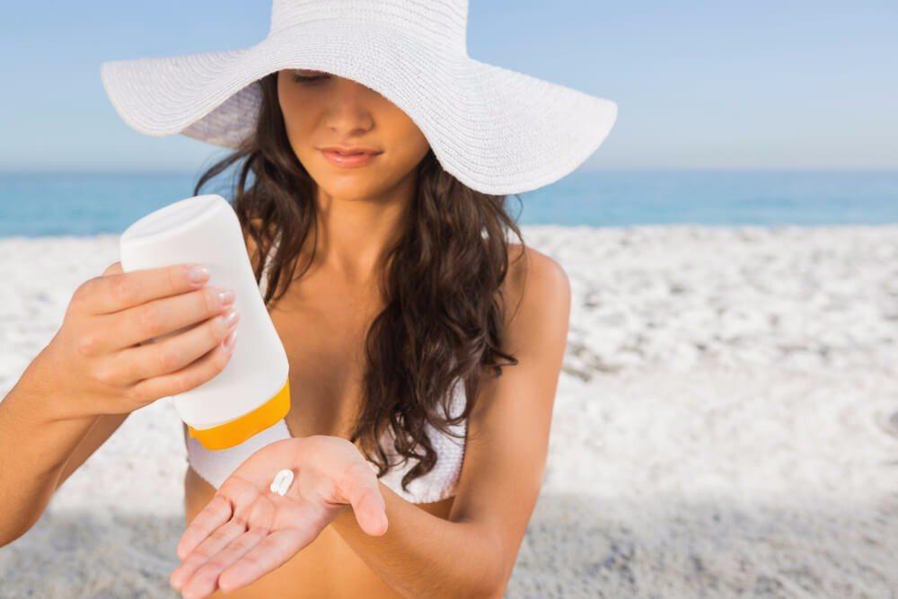 Creme Dich rechtzeitig, mindestens 20 Minuten vorher, ein, bevor Du Deine Haut der Sonne aussetzt. (Bild: © wavebreakmedia - shutterstock.com)