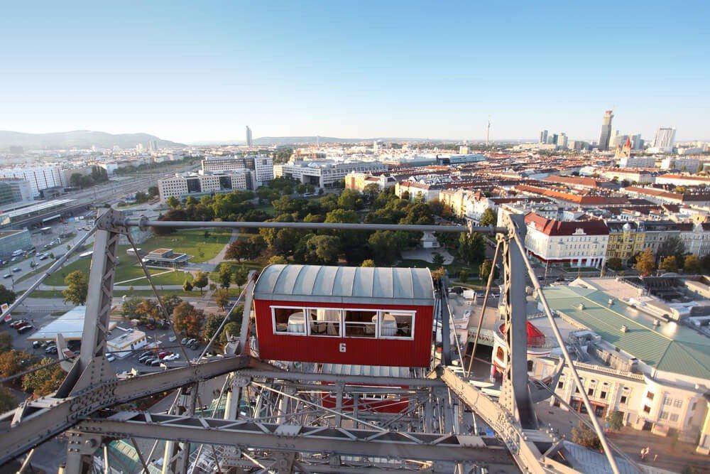 Der Wiener Prater mit dem bekannten Riesenrad. (Bild: © Jessmine - shutterstock.com)