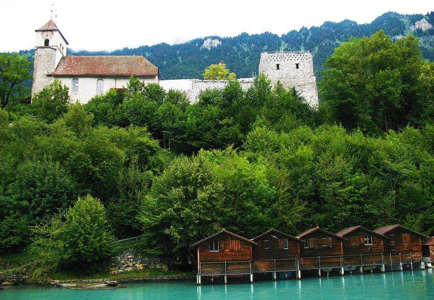 Kirche und Schlossruine Ringgenberg (Bild: Andrew Bossi, Wikimedia, CC)
