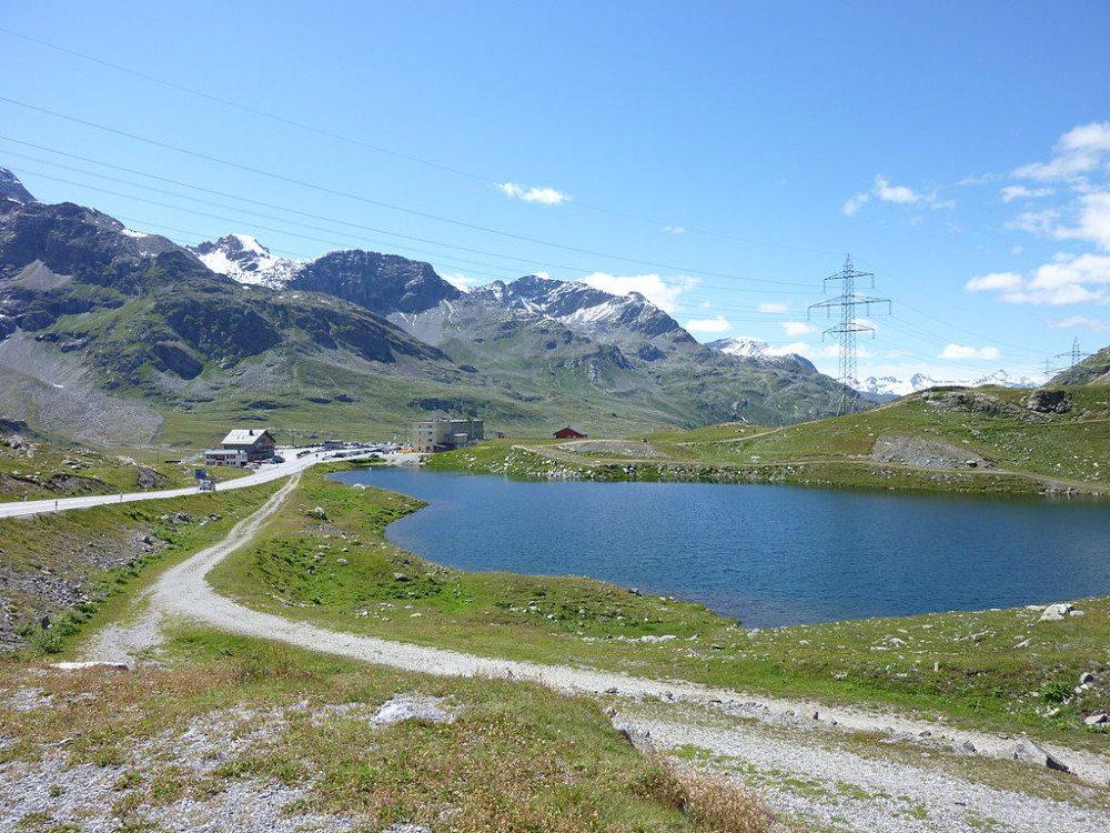 Berninapass – Hospiz und Lagh da la Cruseta (Bild: © Adrian Michael – Wikimedia – CC BY-SA 3.0)