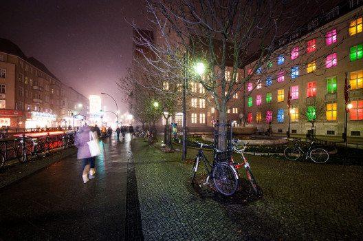 Karl-Marx-Strasse am Abend (Bild: Luca Abbiento, Wikimedia, CC)