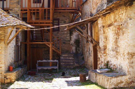 Megisti Lavra besteht aus einer Vielzahl an Einzelgebäuden, die mehr den Eindruck eines Dorfes als einer Klosteranlage vermitteln. (Bild: Dave Proffer, Wikimedia, CC)