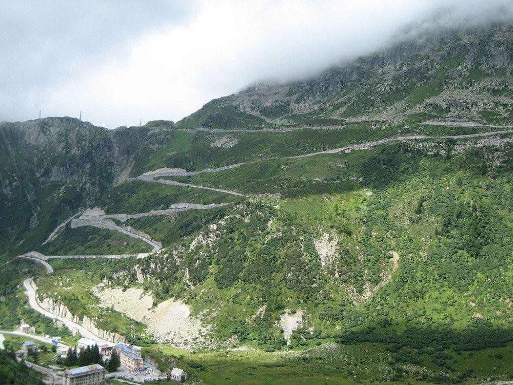 Grimselstrasse, links unten Gletsch (Bild: © Adrian Michael – Wikimedia – CC BY-SA 3.0)