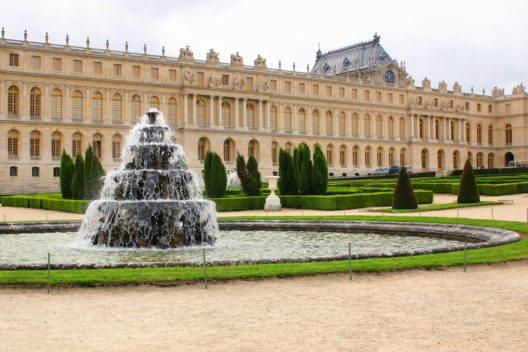 Die Gartenanlagen des Schloss Versailles sind mit vielen Brunnen und Skulpturen verschönert. (Bild: © Artush - shutterstock.com)