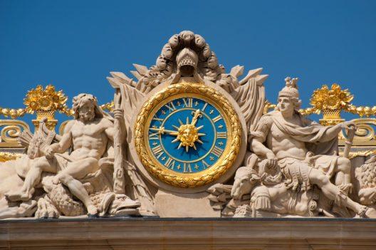 Die Uhr am Eingang vom Schloss Versailles (Bild: © Asier Villafranca - shutterstock.com)